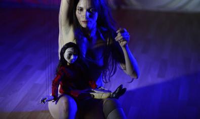 Antonella D'Ascenzi i la marioneta que l'acompanya.