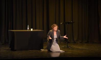 Una de les conferències-espectacle organitzades per l'associació, amb Fina Rius a l'escenari