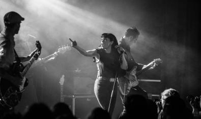 Myriam Swanson i els seus músics retratats en blanc i negre en plena actuació