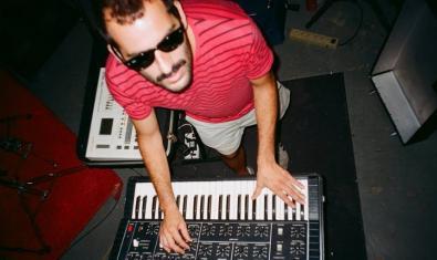 Retrato del músico tocando un teclado electrónico
