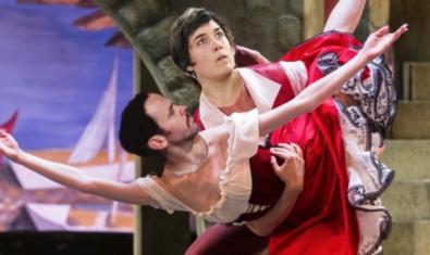 Un collage muestra una escena de ballet con las caras de los bailarines pegadas sobre la imagen original