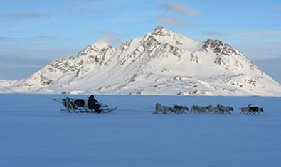 Cazador inuit en trineo de perros, una de las instantáneas de la exposición