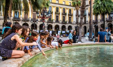 Nens i nenes a la plaça Reial, una de les imatges de Sergi Bernal present a la mostra