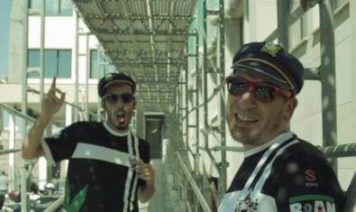 Dos dels integrants de la formació retratats en exteriors amb gorres de mariner