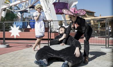 Tres actores disfrazados de peluche, de mariachi y de chica de servicio