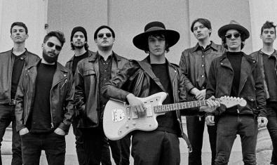 Una imagen de la banda húngara con los ocho miembros vestidos con cazadoras de cuero