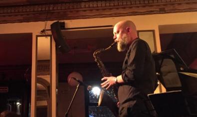 Retrat del músic tocant el saxo