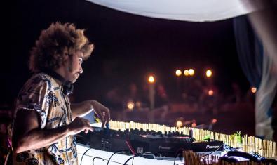 El DJ retratat darrere els plats en plena actuació