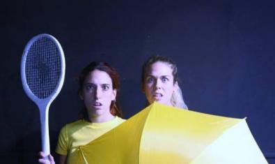 Las dos actrices protagonistas retratadas con una raqueta de tenis en la mano y detrás de un paraguas