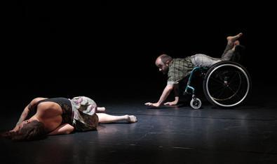 Una de les coreografies que es presenten amb una ballarina estirada al terra i un altre en una cadira de rodes