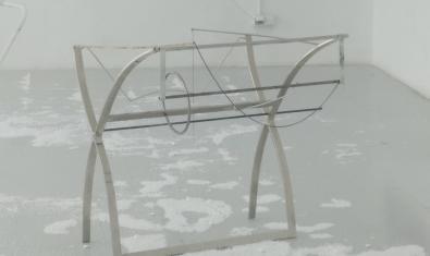 Una de las obras de la exposición a caballo entre una mesa y una escultura
