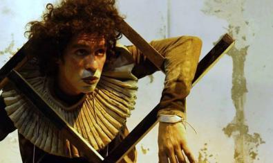 Retrato de uno de los actores del montaje, disfrazado de juguete