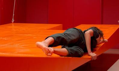 L'artista Laia Estruch retratada sobre l'escenari vermell suspès on transcorre l'acció