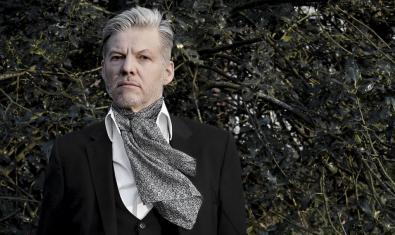 L'artista Alemany retratat amb els cabells blancs i un mocador al coll en un bosc