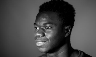 Una de las imágenes de la exposición de Joan Linux muestra un retrato de un joven vecino de origen africano