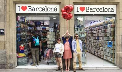 Tres dels integrants de la companyia retratats davant la porta d'un local turístic a Ciutat Vella