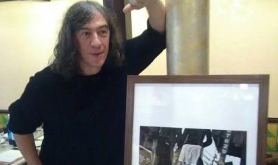 El cantante realiza su primera exposición en el emblemático local