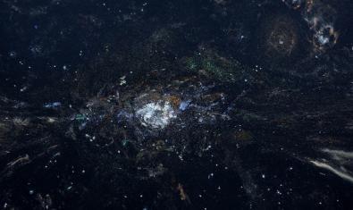 Una de les obres fetes amb pols d'ala de papallona sobre paper fotogràfic que representa una imatge de l'Univers
