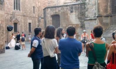 Un grup seguint una visita guiada pel Barri Gòtic