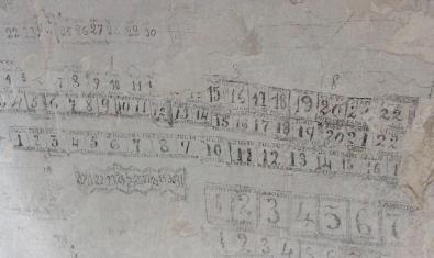 Calendari escrit en un dels calabossos del Castell de Montjuïc