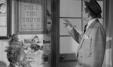 Una escena del film con el protagonista leyendo un cartel que aconseja decir siempre la verdad