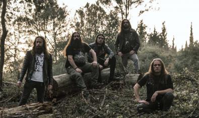 Els sis integrants de la banda barcelonina retratats enmig d'un bosc asseguts sobre un tronc