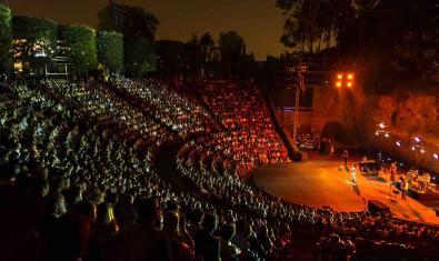 Una imatge del Teatre Grec de Montjuïc, ple d'espectadors, durant el festival