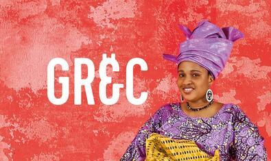 Una dona asseguda i mirant somrient a càmera amb un mocador estampat al cap en una de les imatges que promocionen el festival
