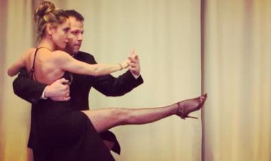 Una pareja bailando un tango.
