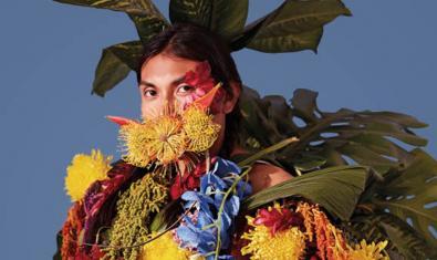 Una de les imatges del Grec d'enguany mostra una persona disfressada amb tot d'elements vegetals