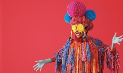 Un personatge vestit amb una disfressa extravagant i de colors vius en una de les imatges d'enguany del festival