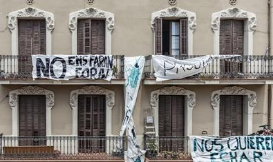 Fotografía de un edificio con pancartas colgadas en los balcones