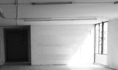 La imagen de una habitación vacía en un piso deshabitado sirve para anunciar la exposición