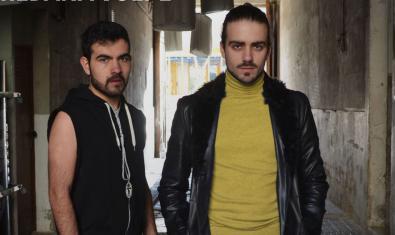 Retrat dels dos actors protagonistes en un pati interior