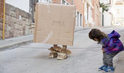 Fotografía de la atriz andando con una caja de cartón