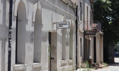Una imagen de la entrada a esta fábrica de creación situada en una antigua factoría