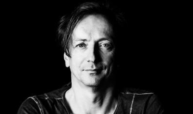 Retrat en blanc i negre del compositor Volker Bertelmann, també conegut com Hauschka