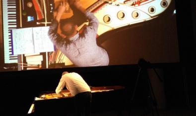 Retrat de l'intèrpret i improvisador Agustí Fernández tocant el piano
