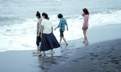 Un fotograma del film japonès 'La hermana pequeña'