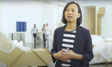 La comissària de l'exposició dedicada a Charlotte Posenenske parla en un vídeo sobre les obres d'aquesta artista alemanya