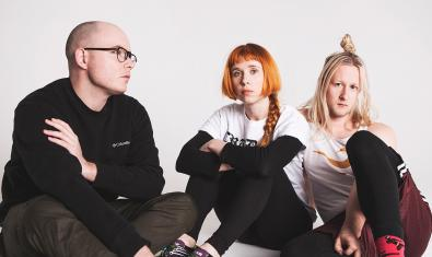 L'artista, retratada amb dos dels seus col·laboracdors habituals