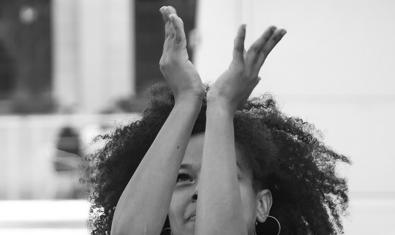 Retrato de la bailarina experta en danzas urbanas africanas con las manos levantadas