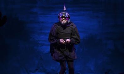 El actor protagonista vestido de negro y con un casco en un momento de la representación