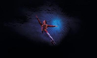 Un bailarín realizando un salto.