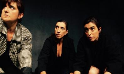 Els tres personatges protagonistes amb les mans al terra en un moment de la representació
