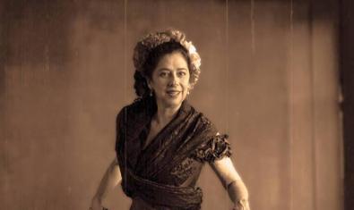 L'actriu Anna Feu caracteritzada com la soprano Elvira de Hidalgo