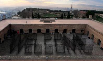 Vista parcial del patio de armas del Castillo de Montjuïc, donde estará la instalación