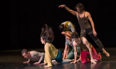 El grup de ballarins actuant a l'escenari.