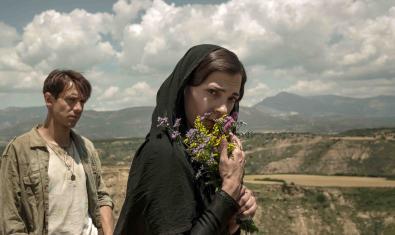 Los actores Marcel Borràs y Núria Prims, en un paisaje aragonés