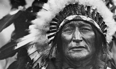 Fragmento de una fotografía de un nativo norteamericano retratado con sus ropas tradicionales